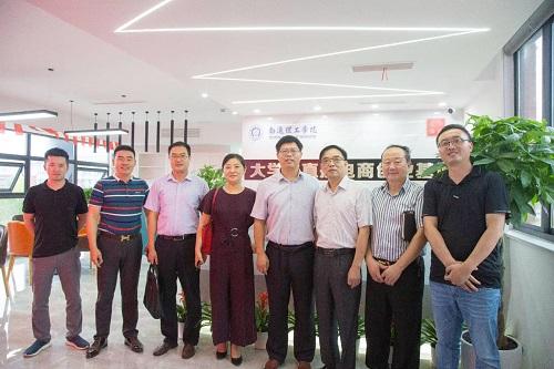热烈欢迎市科技局刘局长、吴处长等领导莅临大学生直播电商创业基地指导工作